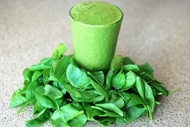 green breakfast smoothie to cure adult acne