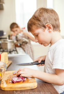 Bringing kids into the kitchen provides opportunities for them to learn life skills and character traits that will serve them for many years to come. Here are 10 steps to teach kids how to make their own meals.